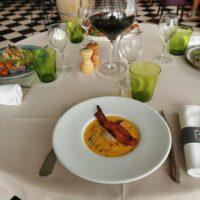 Le Velouté de butternut, pépites de foie gras, champignons, St Jacques et sa chips de lard